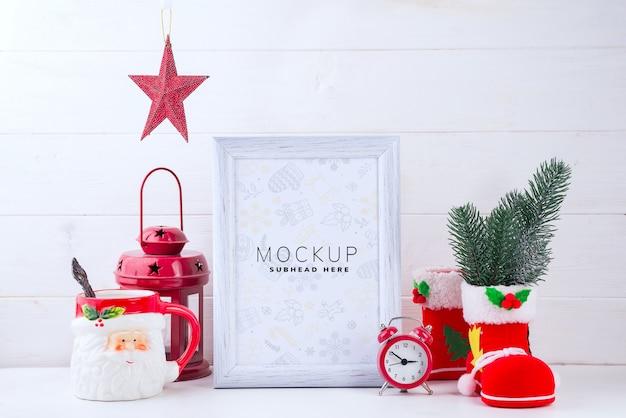 Maquette Photo Avec Cadre Blanc, Lanterne Rouge Et Coupe Du Père Noël Sur Fond De Bois Blanc PSD Premium