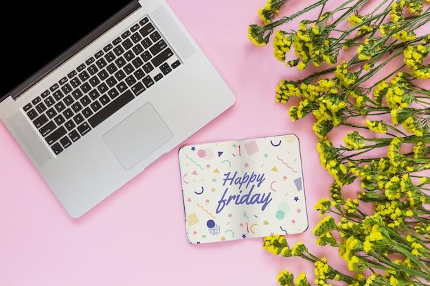 Maquette pour ordinateur portable et ordinateur portable avec décoration florale pour mariage ou devis Psd gratuit