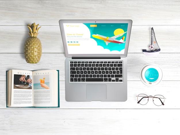 Maquette pour ordinateur portable plat éditable avec éléments d'été Psd gratuit