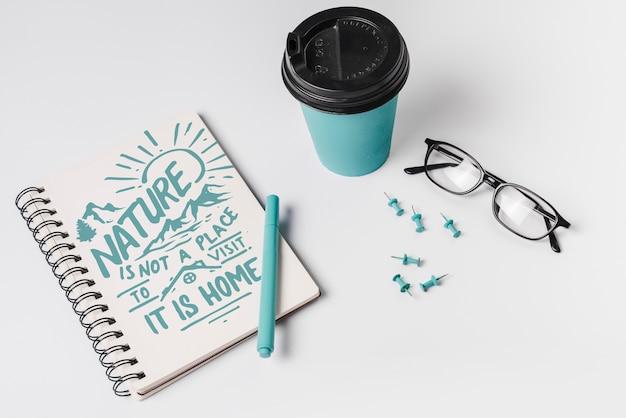 Maquette pour ordinateur portable avec une tasse de café à emporter Psd gratuit