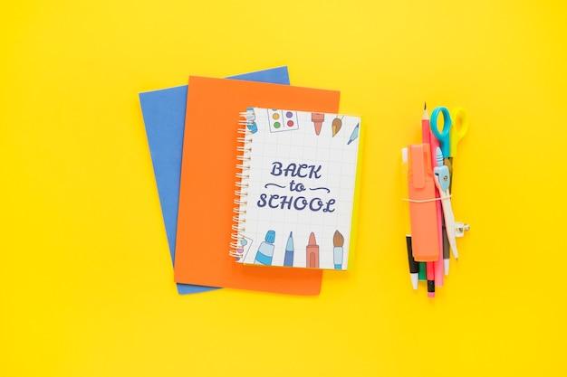 Maquette de retour à l'école avec couverture de cahier sur papier Psd gratuit