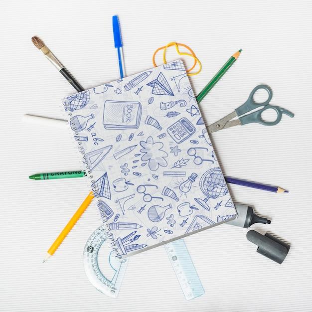 Maquette de retour à l'école avec couverture de cahier Psd gratuit