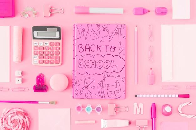 Maquette rose dos à l'école avec couverture de cahier Psd gratuit