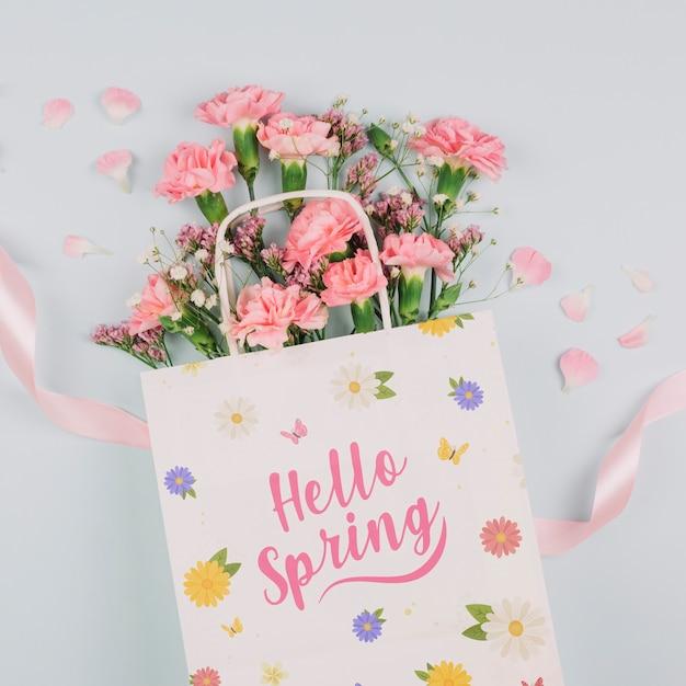 Maquette de sac plat à poser avec concept de printemps Psd gratuit