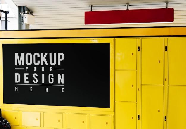 Maquette de signalisation rouge suspendue au-dessus du casier à bagages jaune Psd gratuit
