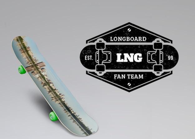 Maquette de skateboard à côté du logo Psd gratuit