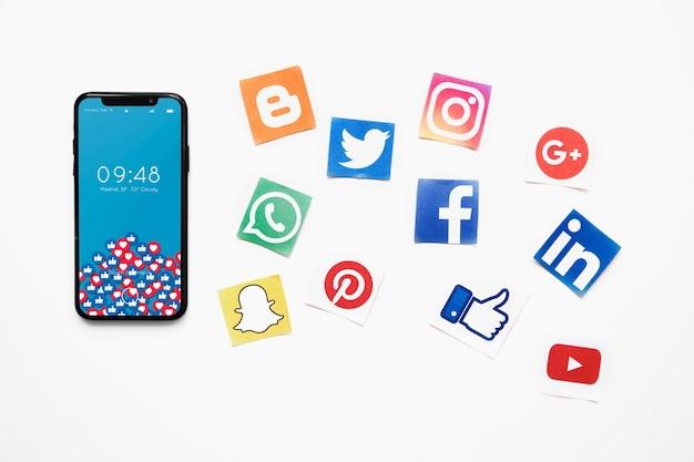 Maquette De Smartphone Avec Le Concept De Médias Sociaux Psd gratuit