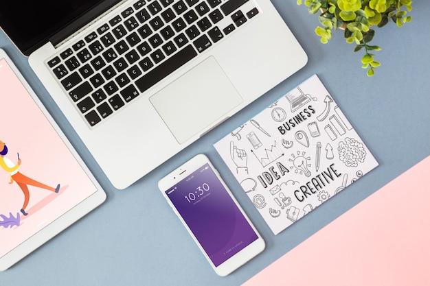 Maquette smartphone avec des éléments de bureau Psd gratuit