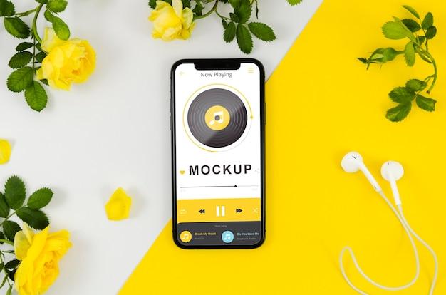 Maquette De Smartphone à Plat Avec Des Fleurs Psd gratuit