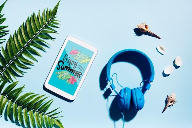 Maquette smartphone plate poser avec des éléments de l'été Psd gratuit