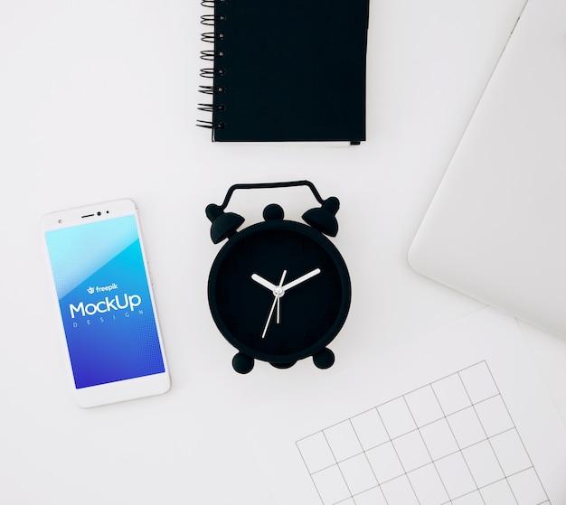 Maquette de smartphone plate poser sur l'espace de travail Psd gratuit