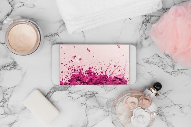 Maquette de smartphone sur la texture de marbre Psd gratuit