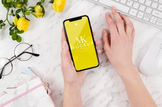 Maquette De Smartphone Vue De Dessus Avec Fleurs Et Clavier Psd gratuit