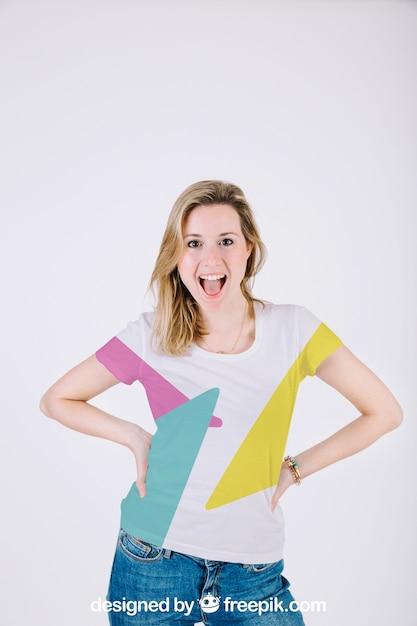 Maquette De T-shirt Avec Une Femme Heureuse PSD Premium