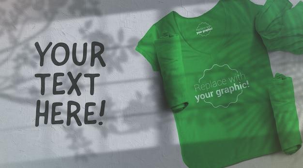 Maquette De T-shirt Vert Sur Fond Gris Clair Ombres Sunglight PSD Premium
