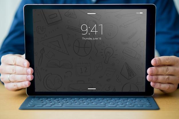 Maquette de tablette avec clavier et homme Psd gratuit