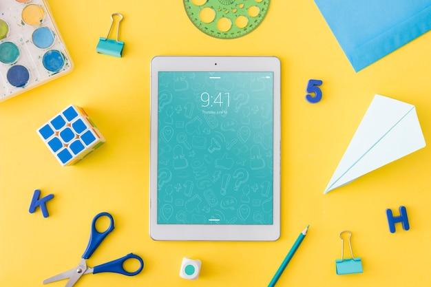 Maquette de tablette avec le concept de retour à l'école Psd gratuit