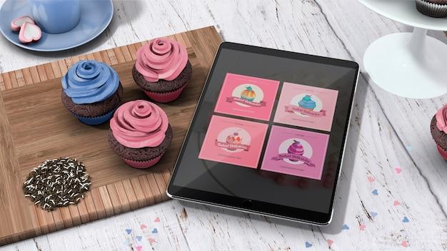 Maquette de tablette avec des cupcakes Psd gratuit