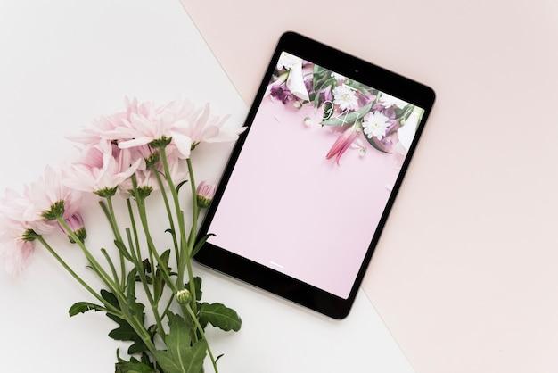 Maquette De Tablette Avec Des Fleurs Psd gratuit