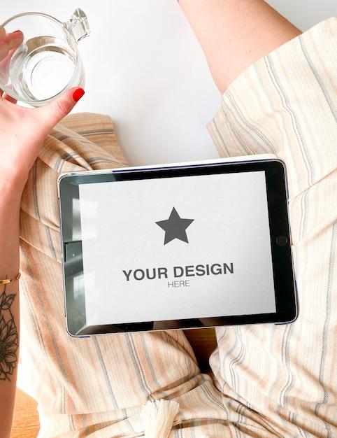 Maquette De Tablette Sur Les Genoux D'une Femme Avec Des Vêtements D'été PSD Premium