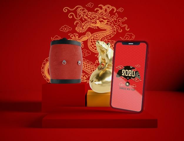 Maquette De Téléphone Avec Des Objets Traditionnels Du Nouvel An Chinois Psd gratuit
