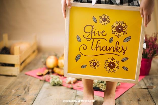Maquette De Thanksgiving Avec Cadre De Tenue De Fille Psd gratuit
