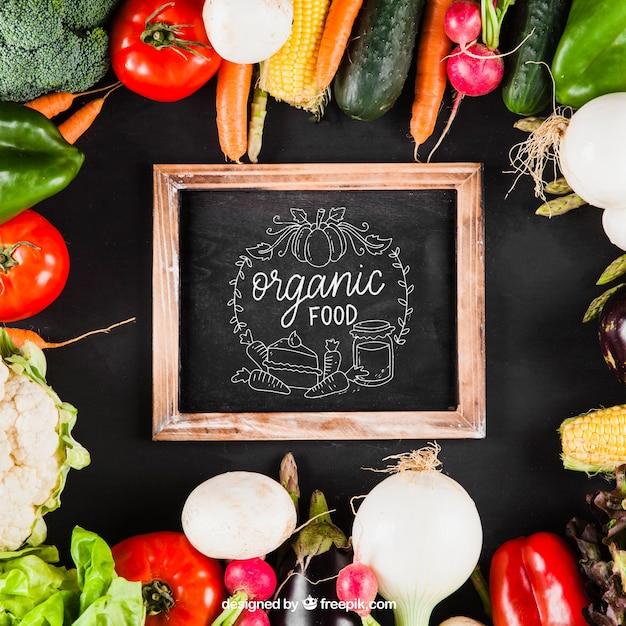 Maquillage de légumes avec ardoise au milieu Psd gratuit