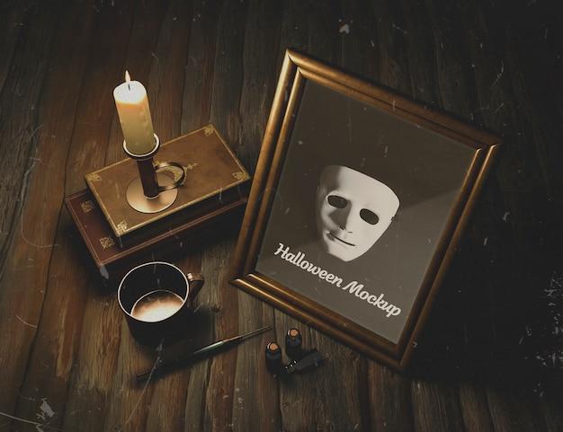 Masque encadré sur une table gothique en bois Psd gratuit