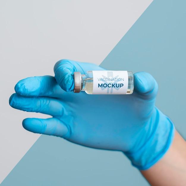 Médecin Tenant Une Bouteille De Vaccin Psd gratuit