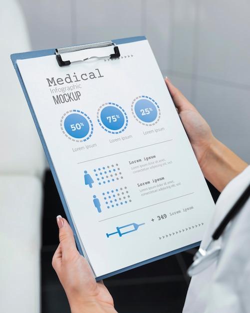 Médecin Tenant Une Maquette De Presse-papiers Psd gratuit