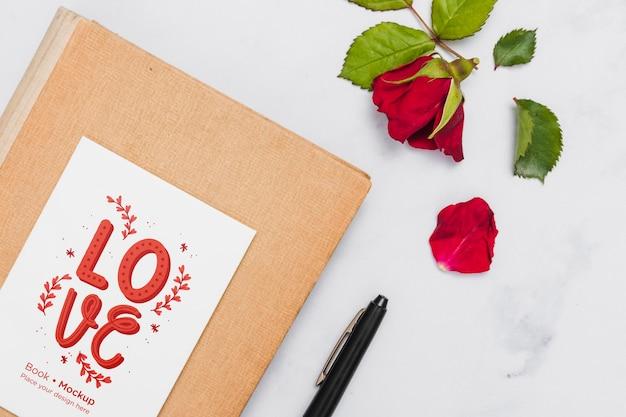 Mise à Plat Du Livre Avec Rose Et Stylo Psd gratuit