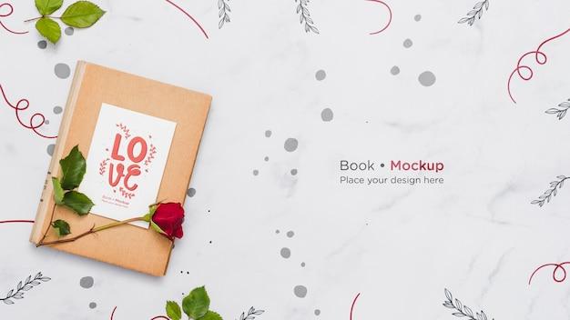 Mise à Plat Du Livre Avec Rose Psd gratuit