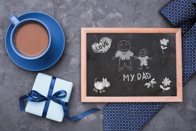 Mise à Plat Du Tableau Noir Avec Cravate Et Café Pour La Fête Des Pères Psd gratuit