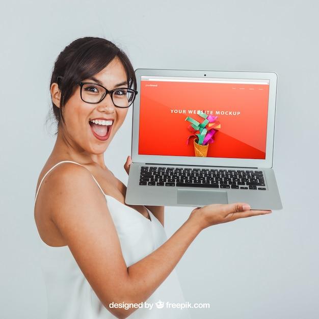 Mock up design avec rire femme et ordinateur portable Psd gratuit