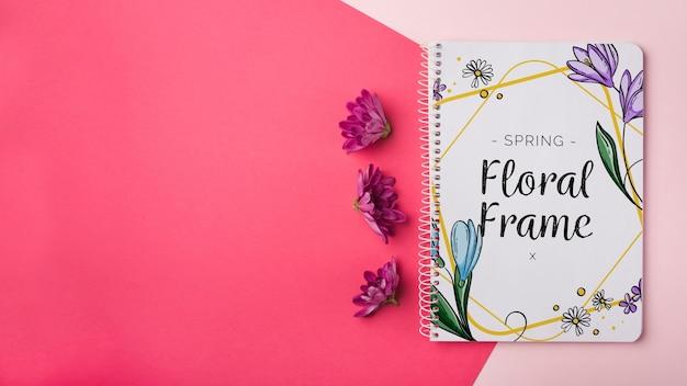 Modèle de bloc-notes pour le printemps avec des fleurs Psd gratuit