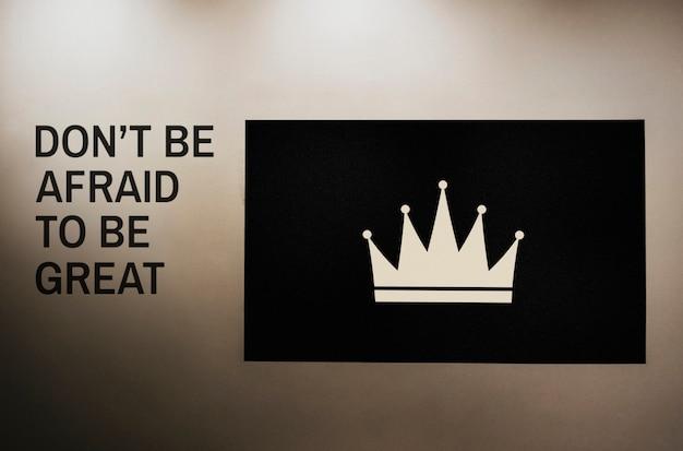 N'ayez pas peur d'être cité sur un mur à côté d'une maquette de planche de couronne Psd gratuit
