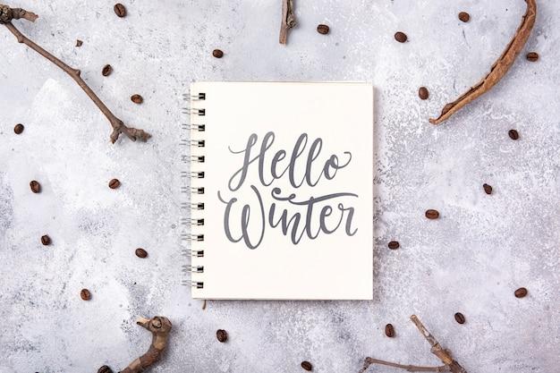 Notebook avec bonjour message d'hiver Psd gratuit