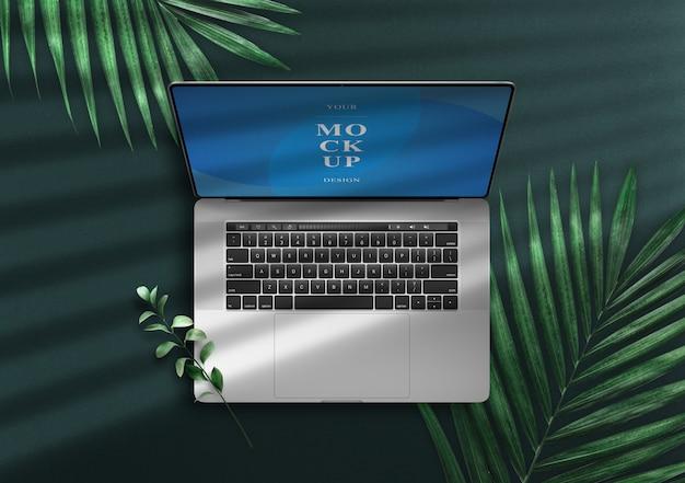 Notebook Pro Mockup Vue De Dessus Sur Une Zone Verte Avec Des Feuilles PSD Premium