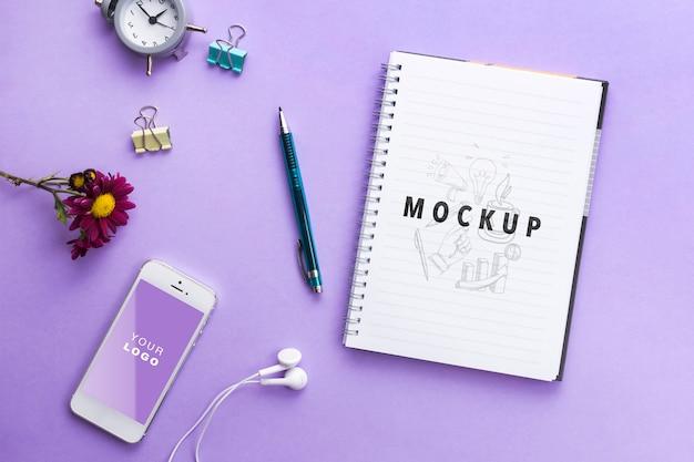 Notebool et horloge sur table Psd gratuit