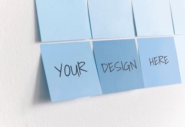 Notes autocollantes vierges sur un mur PSD Premium