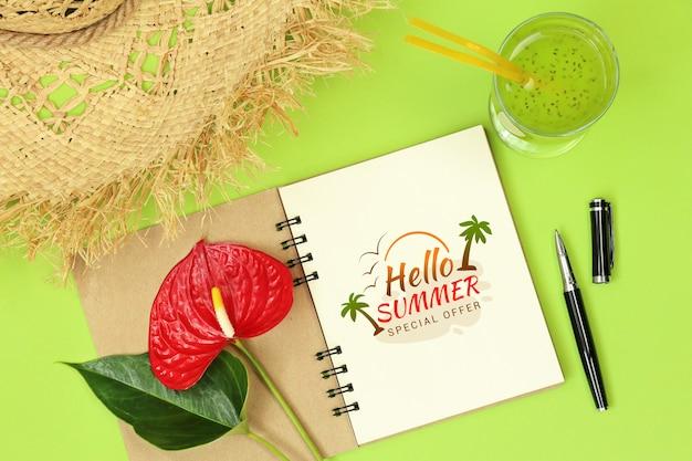 Notes de maquette avec stylo et fleur PSD Premium