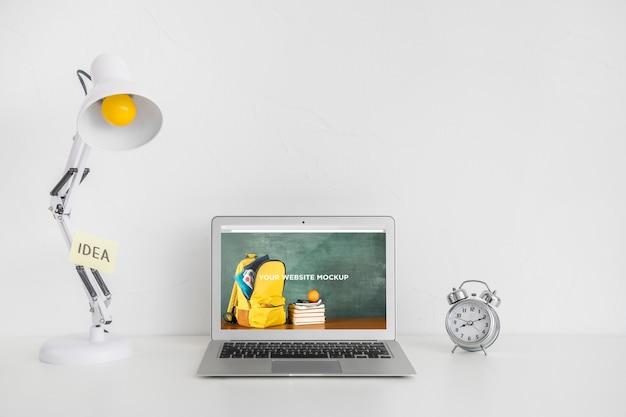 Ordinateur portable avec écran de maquette dans un espace de travail propre et ordonné. thème de l'éducation Psd gratuit