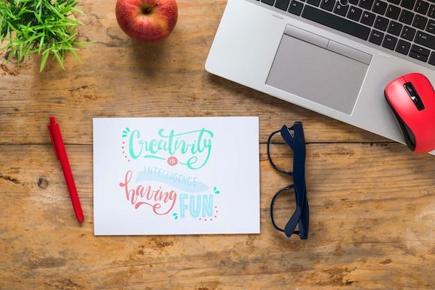 Ordinateur Portable Et Lunettes à Côté Du Message De Motivation Psd gratuit