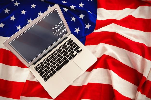 Ordinateur portable sur la maquette du drapeau américain PSD Premium