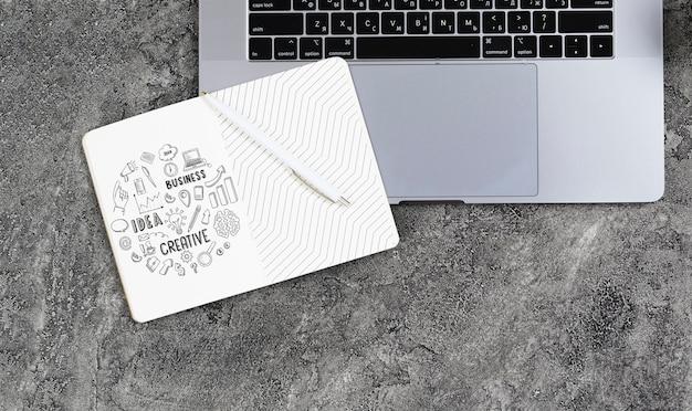Ordre du jour et ordinateur portable sur la maquette du bureau Psd gratuit