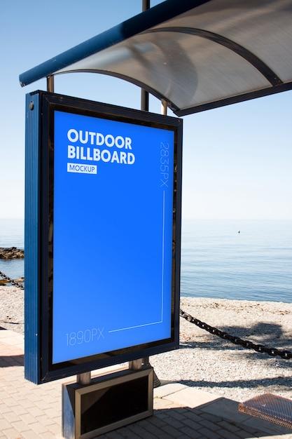 Panneau d'affichage extérieur près de la plage PSD Premium