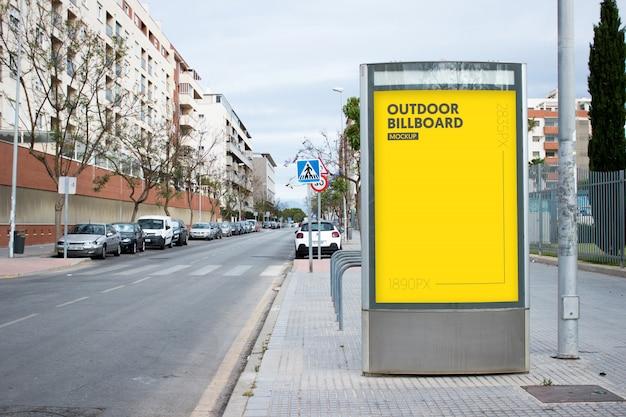 Panneau d'affichage extérieur en ville Psd gratuit