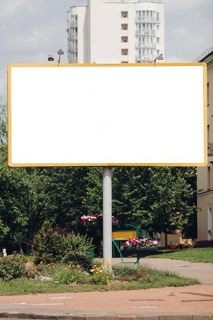 Panneau D'affichage Vide Dans La Ville PSD Premium