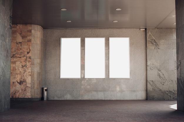 Panneaux D'affichage Vides Sur Un Mur Dans Un Immeuble PSD Premium