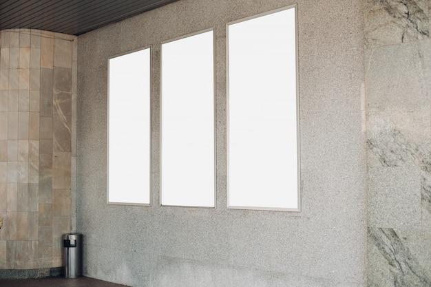 Panneaux D'affichage Vides Sur Un Mur à L'intérieur D'un Bâtiment PSD Premium